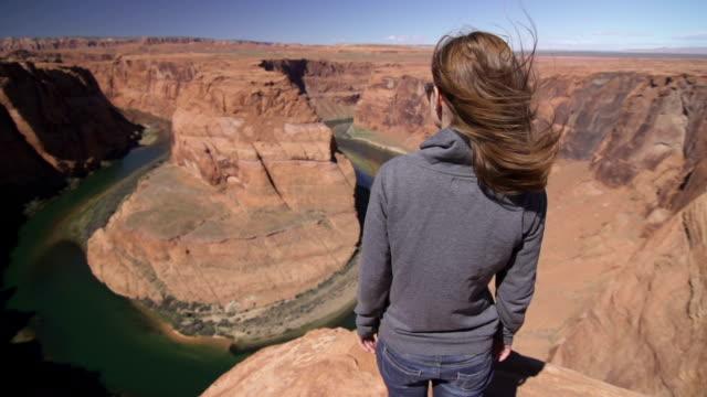 junge frau in den hauptrollen in den grand canyon - grand canyon stock-videos und b-roll-filmmaterial