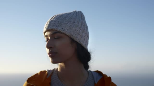 vídeos de stock, filmes e b-roll de mulher que está ao ar livre no dia de inverno que olha ao redor - moda de inverno