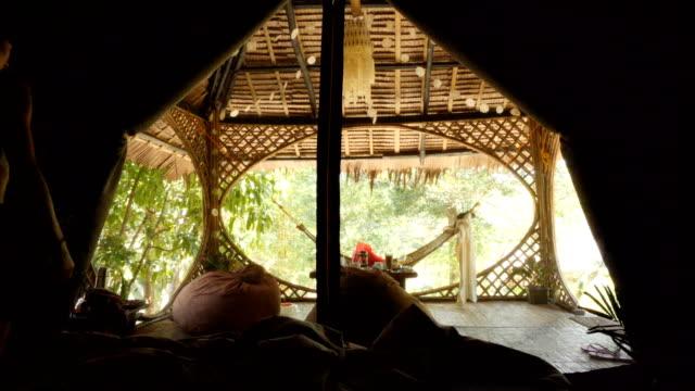 frau, die aufsteht und aus dem zelt in einem tropischen wald in el nido, philippinen, aussteigt - moskitonetz stock-videos und b-roll-filmmaterial