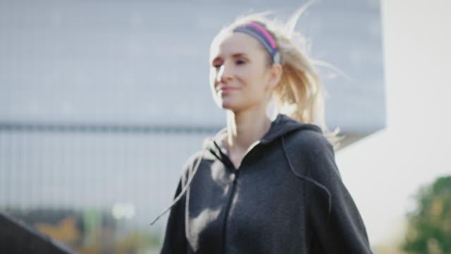 vidéos et rushes de femme commençant vers le haut son formation de jogging - joggeuse