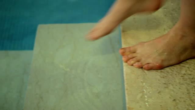 vídeos y material grabado en eventos de stock de mujer ingresar a la piscina - miembro humano