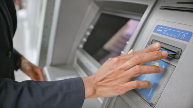 vídeos y material grabado en eventos de stock de mujer de ld para el cajero automático para hacer un retiro de efectivo - diez segundos o más