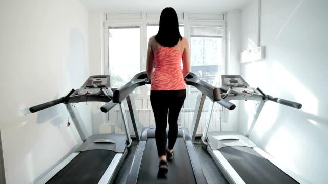 Frau-Schritte auf dem Laufband im Fitnessstudio. – Video