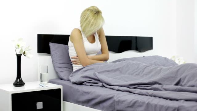 Frau Bauch Schmerzen Kranke Mädchen liegen im Bett, halten-ache, Schlafzimmer – Video