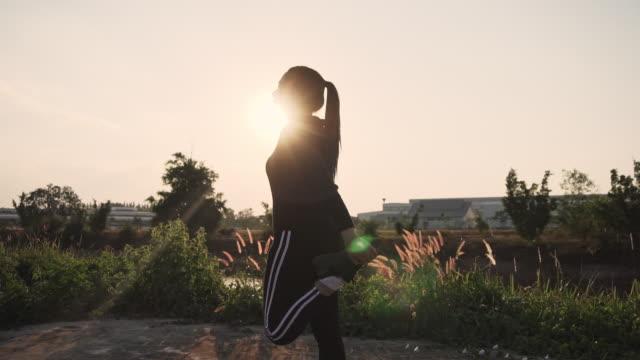 vídeos de stock e filmes b-roll de woman streching in the morning before runner - acordar