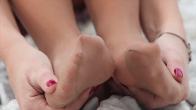 donna che si allunga massaggiando i piedi in nylon - dito del piede video stock e b–roll