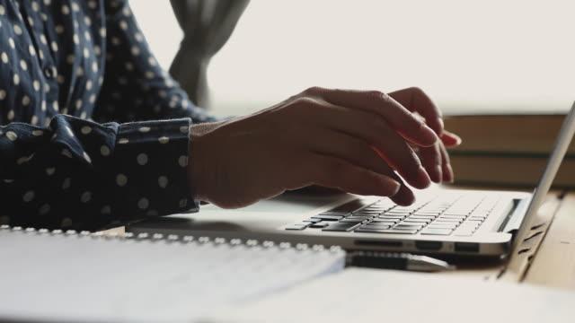 studentessa usa computer portatile alla scrivania, vista ravvicinata - didattica a distanza video stock e b–roll