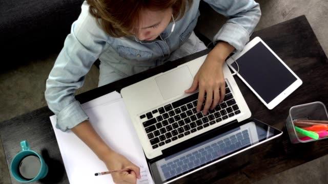 vidéos et rushes de cours d'étude de femme en ligne dans le salon - workshop