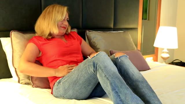 Frau leidet Bauchschmerzen im Schlafzimmer – Video