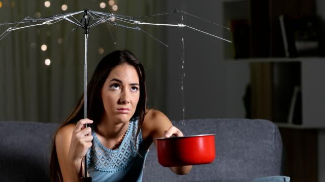 kvinnan lider hem vatten läckage på grund av dålig försäkring - skadad bildbanksvideor och videomaterial från bakom kulisserna