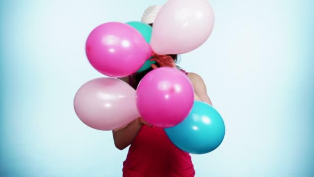vídeos de stock e filmes b-roll de woman summer joyful girl with colorful balloons 4k - mulher balões