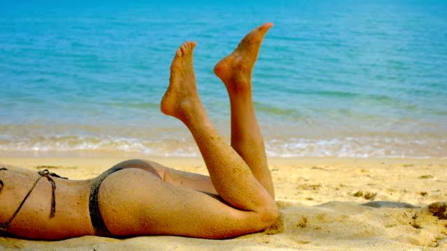 Mujer de tomar el sol en la Playa Tropical - vídeo