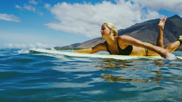 woman surfing - nuoto mare video stock e b–roll
