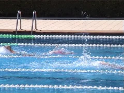 vídeos de stock e filmes b-roll de mulher nadando em competição - só mulheres jovens