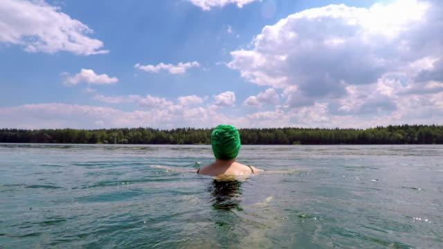 Frau Schwimmen im See mit Badekappe – Video