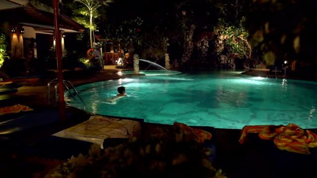 ws 女性ので、リゾートのプール - ヴィラ点の映像素材/bロール