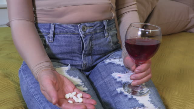 Woman take drugs and drinking wine - vídeo