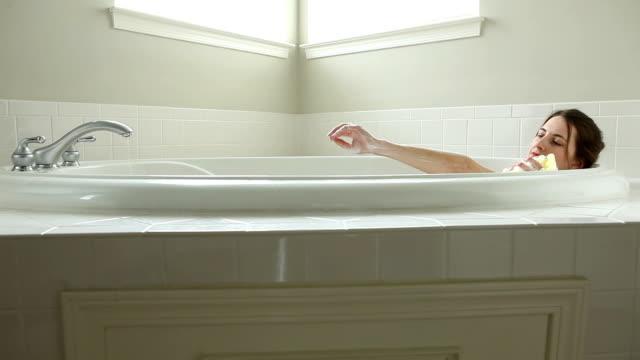 Femme prenant un bain - Vidéo