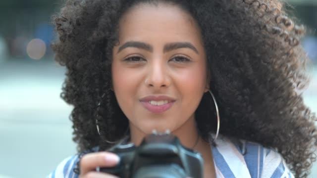 kobieta biorąca fotografię - fotografika filmów i materiałów b-roll