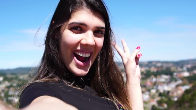 vídeos de stock, filmes e b-roll de mulher tomando uma selfie em campos do jordão, são paulo, brasil - viagem de primeira classe