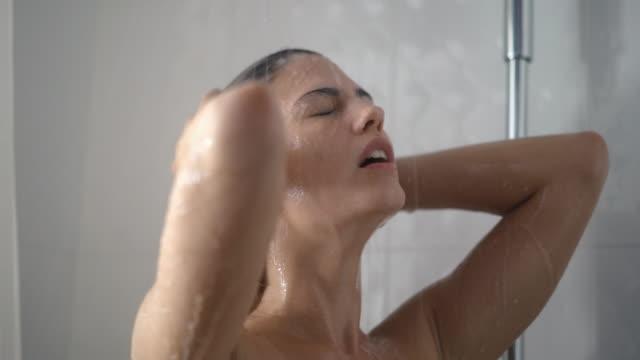woman たシャワーを備えております。 - 体 洗う点の映像素材/bロール