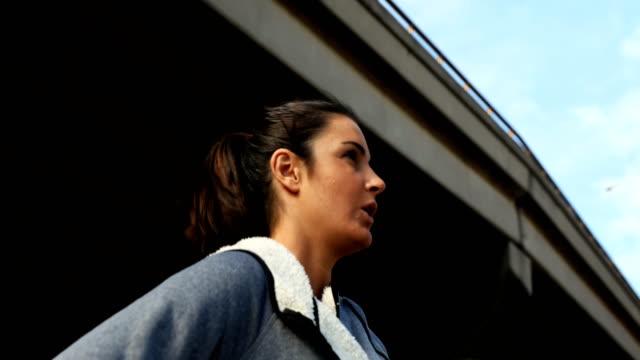 ジョギング 4 k しながら休憩を取って女性 - 女性選手点の映像素材/bロール