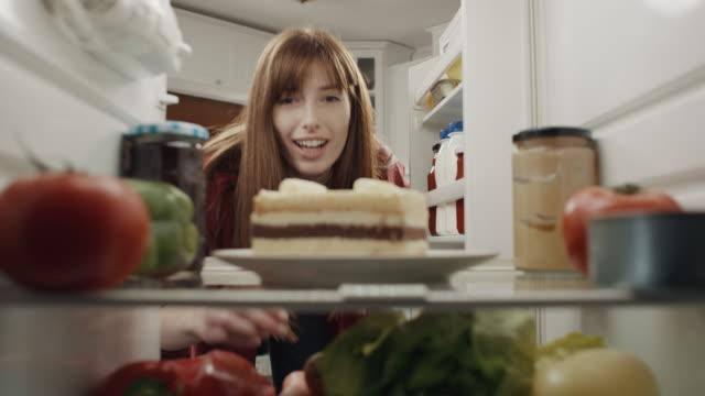 vídeos de stock e filmes b-roll de woman taking cake from refrigerator - bolo sobremesa