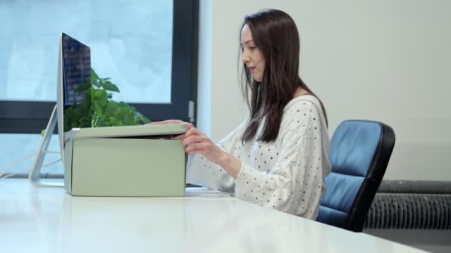 Mujer de sacar documentos de caja - vídeo