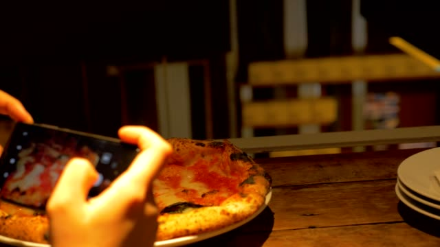 vídeos de stock, filmes e b-roll de foto de mulher tomada de deliciosas pizzas italianas frescas e impacientes - junk food