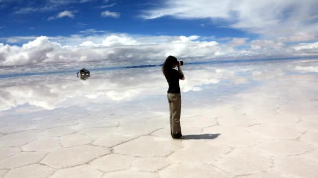 vidéos et rushes de femme prenant des photos sur l'appareil photo - lac reflection lake