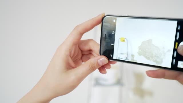 vídeos de stock e filmes b-roll de woman taking pictures to a broken wall. - fotografar