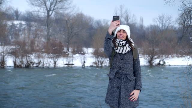 Frau, die Selfie nahe dem Fluss – Video