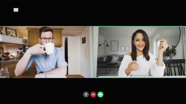 Kvinna talar i en video konferens möte med manlig kollega video