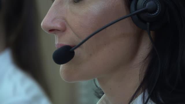 Femme parlant sur casque, Centre d'appels - Vidéo