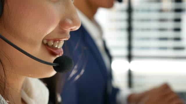 ヘッドセット、コール センターの女性の話 ビデオ
