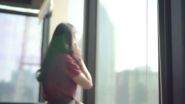 stockvideo's en b-roll-footage met vrouw praten op mobiele telefoon, business lady werken in het kantoor. - overstuur