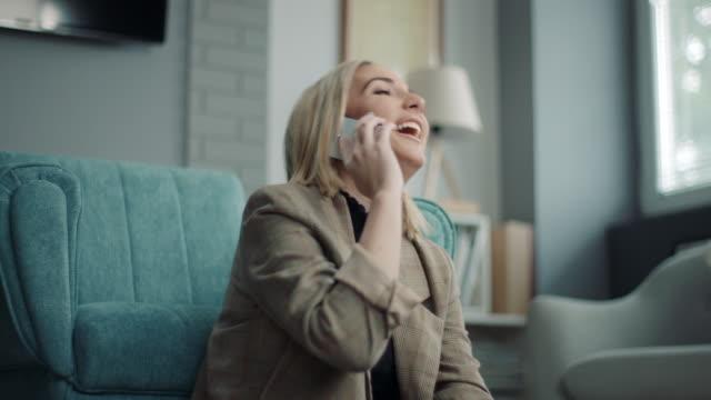 kvinna pratar i telefon hemma - endast unga kvinnor bildbanksvideor och videomaterial från bakom kulisserna