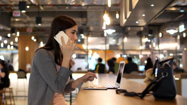 vídeos y material grabado en eventos de stock de mujer hablando por teléfono mientras usa sin computadora portátil - moda preppy