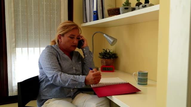 Femme parlant sur le téléphone - Vidéo