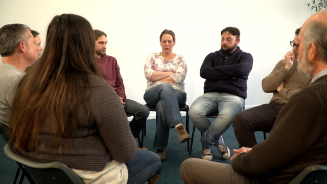 4 k ドリー: 女性のサポート グループ療法円で他の人と話 - community activism点の映像素材/bロール