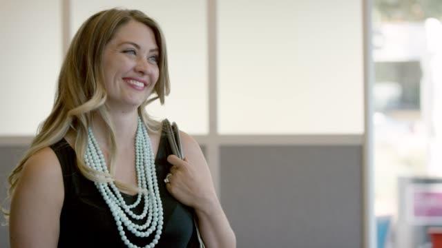 stockvideo's en b-roll-footage met een vrouw vertelt - halsketting