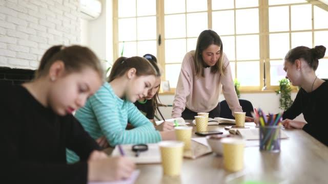 Mujer profesora y chicas juntas en clase privada - vídeo