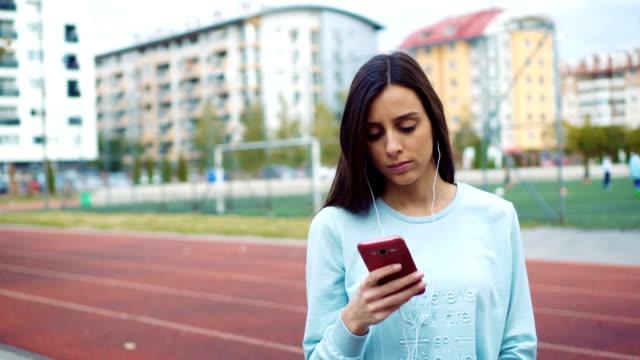 在跑道附近的女人發短信 - future 個影片檔及 b 捲影像
