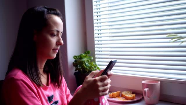 Frau SMS Nachrichten mit ersten Morgenkaffee – Video