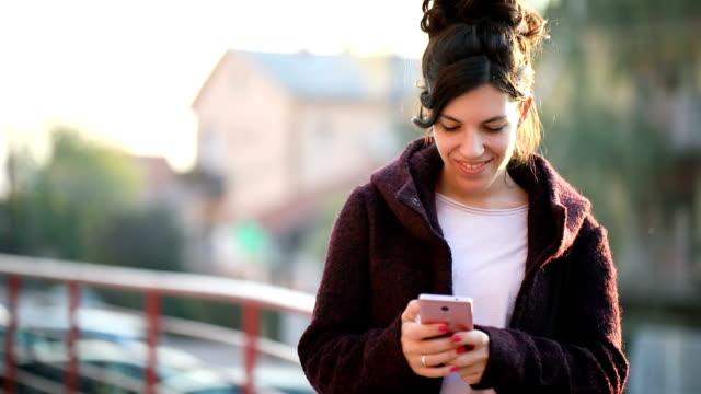 kvinna textning - telefonmeddelande bildbanksvideor och videomaterial från bakom kulisserna