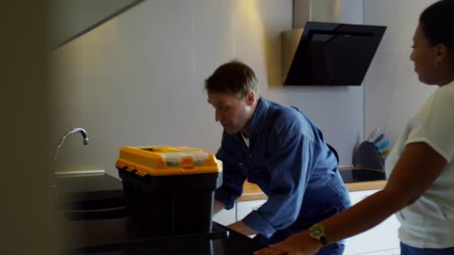 vídeos y material grabado en eventos de stock de mujer dando las gracias hombre fontanero y agitando su mano - fontanero