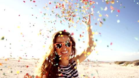 vidéos et rushes de femme jeter des confettis en slow motion sur la plage - ralenti technique photographique