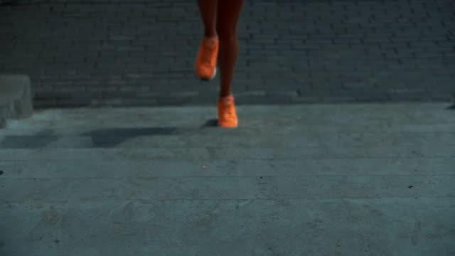 vidéos et rushes de femme resserrant vers le haut des lacets sur des chaussures de course - joggeuse