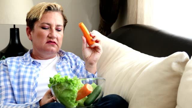 kvinna trött på diet restriktioner - fett näringsämne bildbanksvideor och videomaterial från bakom kulisserna