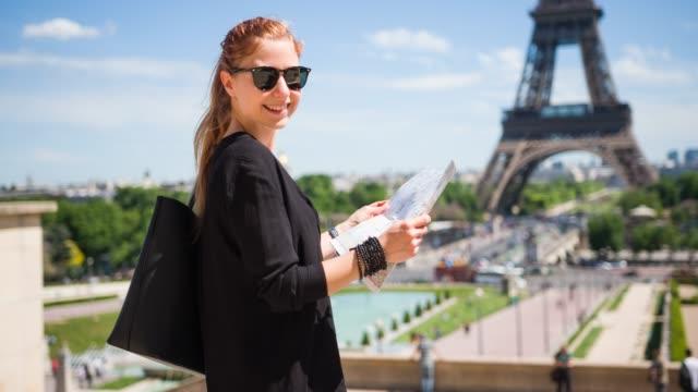vidéos et rushes de tourisme femme visites, bénéficiant d'une belle journée ensoleillée à paris - tour eiffel
